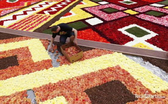 Karpet Raksasa dari Bunga 003